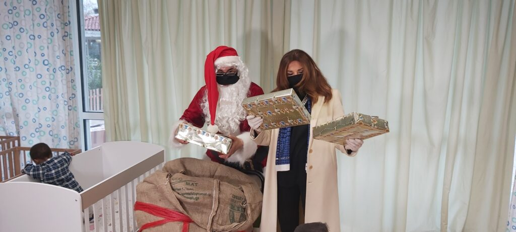 Η Μιμή Ντενίση και ο Άγιος Βασίλης της Νάξου προσφέρουν αγάπη στο Νηπιοτροφείο Καλλιθέας!